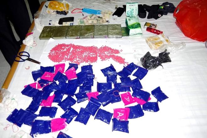 Mang lô ma túy khoảng 2 tỷ đồng vào nhà nghỉ chờ giao hàng thì bị bắt giữ - Ảnh 2.
