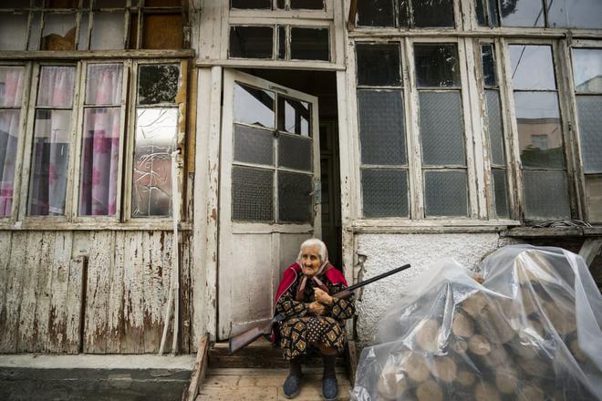 7 ngày qua ảnh: Cụ bà ngồi ôm súng trước nhà tại vùng chiến sự - Ảnh 3.