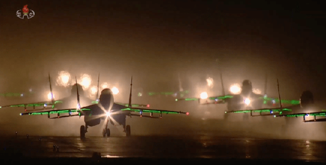 Ánh sáng bất thường phát ra từ các máy bay MiG-29 và Su-25 của Triều Tiên: Có gì khác lạ? - Ảnh 1.