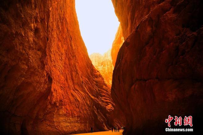 Cận cảnh hẻm núi đẹp nhất Tân Cương: Được ví như không gian Sao Hỏa trên mặt đất - Ảnh 2.