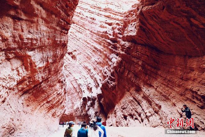 Cận cảnh hẻm núi đẹp nhất Tân Cương: Được ví như không gian Sao Hỏa trên mặt đất - Ảnh 3.