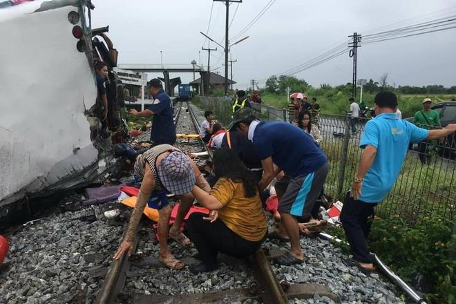 Thái Lan: Xe buýt va chạm mạnh với tàu hỏa khiến hàng chục người chết và thương vong - Ảnh 4.