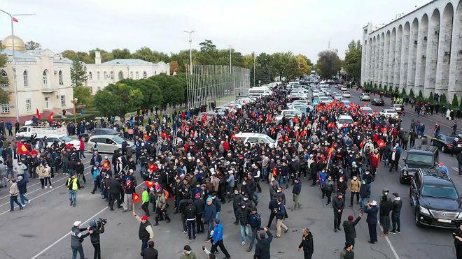 Từ mâu thuẫn tới biểu tình: Kyrgyzstan chứng kiến giọt nước tràn ly của cuộc tranh giành quyền lực gay gắt - Ảnh 1.