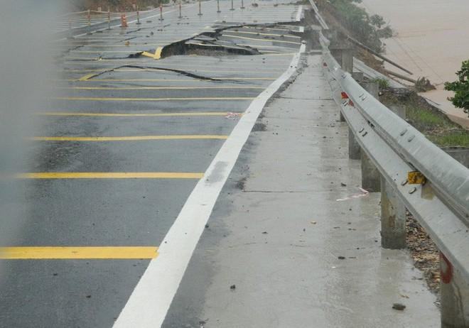 CLIP: Quốc lộ 9 sạt lở kinh hoàng, giao thông kẹt cứng - Ảnh 3.