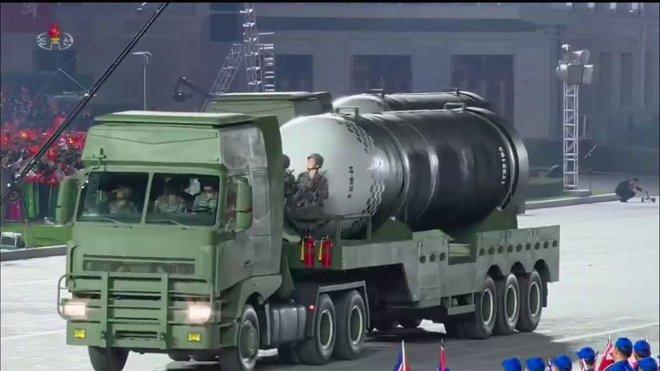 Nhiều chuyên gia bối rối vì cuộc duyệt binh trong đêm của Triều Tiên - Ảnh 1.