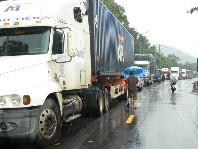 CLIP: Quốc lộ 9 sạt lở kinh hoàng, giao thông kẹt cứng - Ảnh 4.