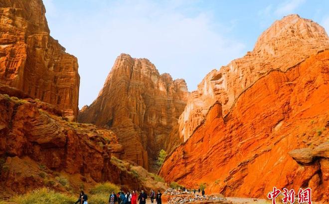 Cận cảnh hẻm núi đẹp nhất Tân Cương: Được ví như không gian Sao Hỏa trên mặt đất