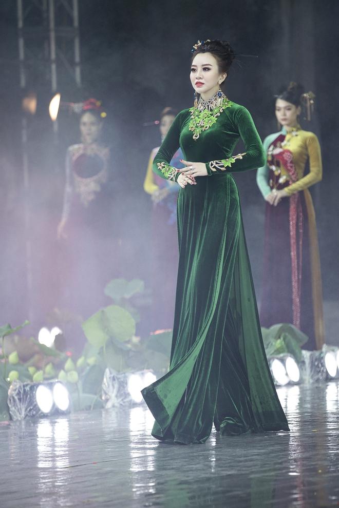 Á hậu Lý Kim Thảo làm nàng thơ của NTK Nhật Dũng - Ảnh 12.