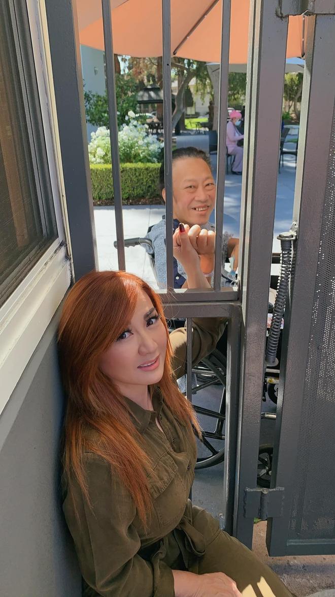 Trizzie Phương Trinh: Anh ngồi bên kia cổng sắt với 1 chân đã mất mà không kìm được nước mắt - Ảnh 3.
