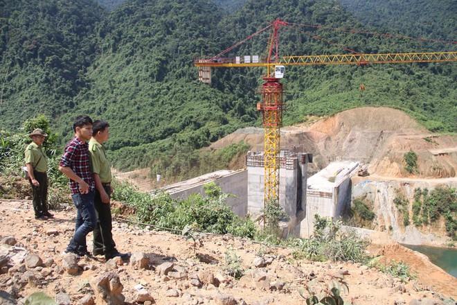 3 người nước ngoài trong nhóm 40 công nhân thuỷ điện Rào Trăng 3 đã đi rừng về tới thuỷ điện Rào Trăng 4 - Ảnh 1.