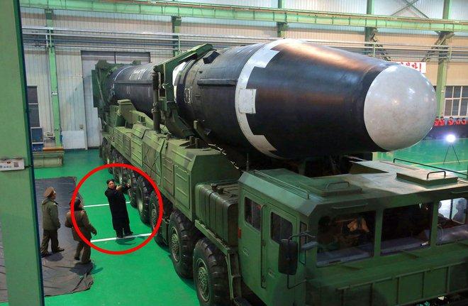 Tên lửa lớn nhất thế giới của Triều Tiên: Quái vật hạt nhân hay chỉ là mô hình? - Ảnh 2.