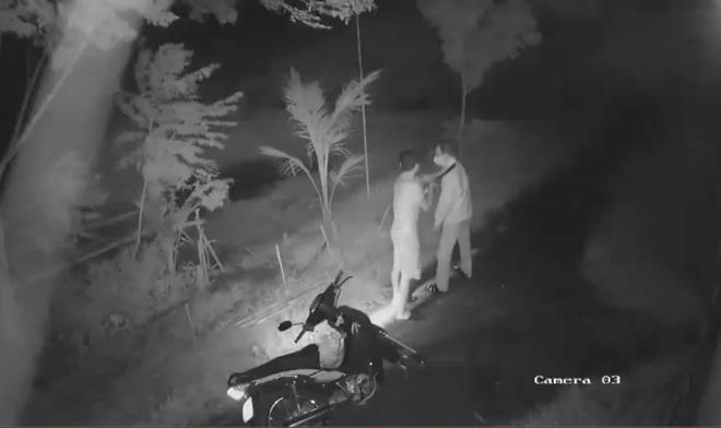 Clip: Người đàn ông bị nam thanh niên chặn đường, cầm dao kề cổ rồi đánh đập dã man trong đêm - Ảnh 1.