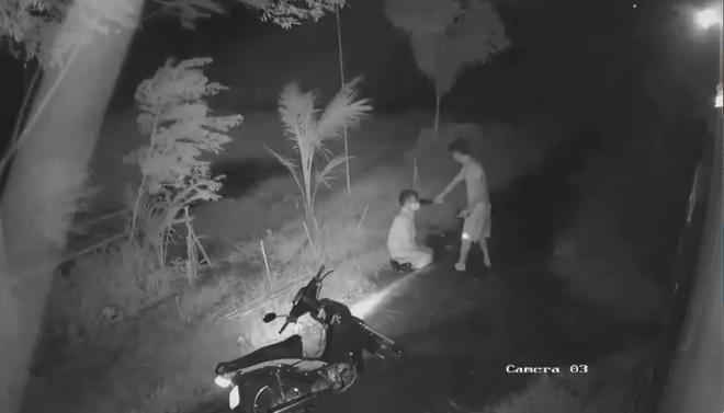 Clip: Người đàn ông bị nam thanh niên chặn đường, cầm dao kề cổ rồi đánh đập dã man trong đêm - Ảnh 2.