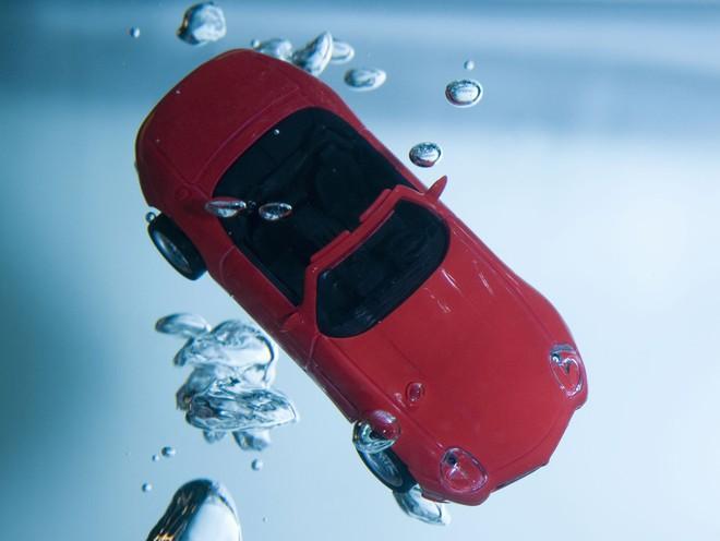 Xe ô tô chìm dưới nước, bạn chỉ có 1 phút để làm điều này nếu muốn sống sót - Ảnh 1.