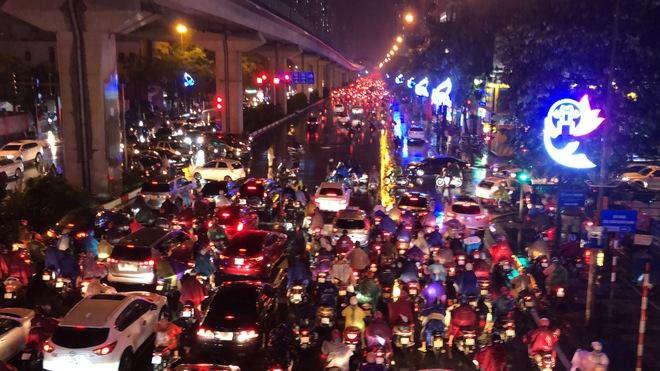 [Ảnh, clip]: Ảnh hưởng bão số 7, Hà Nội mưa tầm tã, nhiều đoạn đường tắc nghẽn sau giờ cao điểm - Ảnh 8.