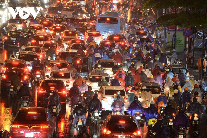 [Ảnh, clip]: Ảnh hưởng bão số 7, Hà Nội mưa tầm tã, nhiều đoạn đường tắc nghẽn sau giờ cao điểm - Ảnh 7.