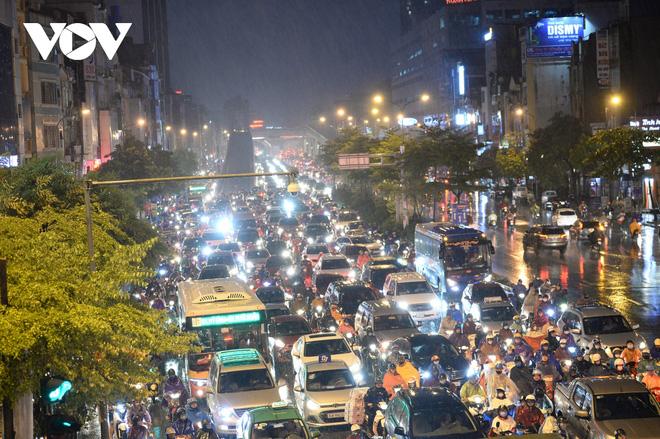 [Ảnh, clip]: Ảnh hưởng bão số 7, Hà Nội mưa tầm tã, nhiều đoạn đường tắc nghẽn sau giờ cao điểm - Ảnh 4.
