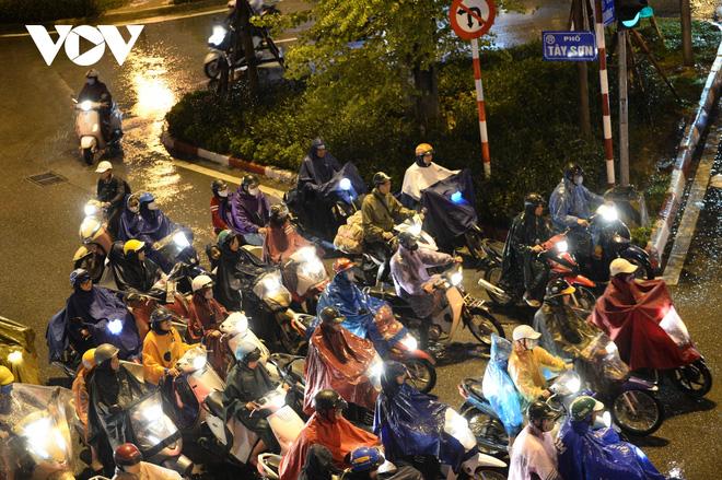 [Ảnh, clip]: Ảnh hưởng bão số 7, Hà Nội mưa tầm tã, nhiều đoạn đường tắc nghẽn sau giờ cao điểm - Ảnh 2.