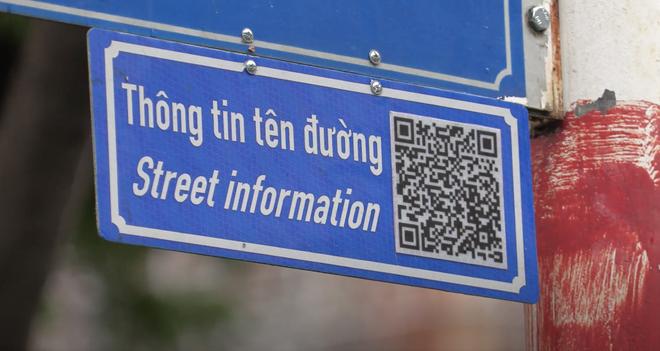TP.HCM gắn mã QR code trên bảng tên đường: Nên hạ thấp độ cao, tránh nguy cơ cướp giật? - Ảnh 1.