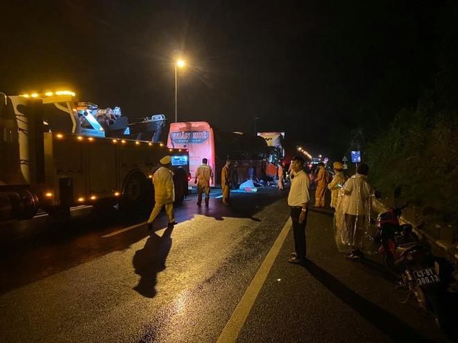 2 người tử vong, 10 người bị thương sau khi xe khách đấu đầu xe đầu kéo - Ảnh 1.