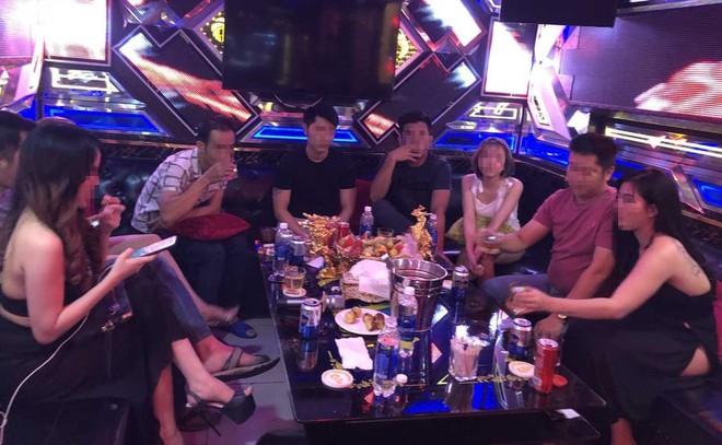 Đôi vợ chồng gửi con cho nhân viên karaoke để rảnh tay phê ma tuý cùng bạn - Ảnh 2.