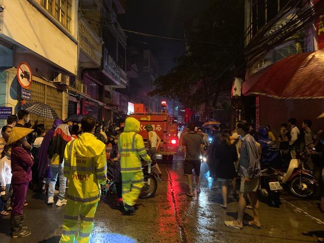 Cháy cửa hàng kinh doanh gas, 5 người bị mắt kẹt được giải cứu an toàn - Ảnh 1.