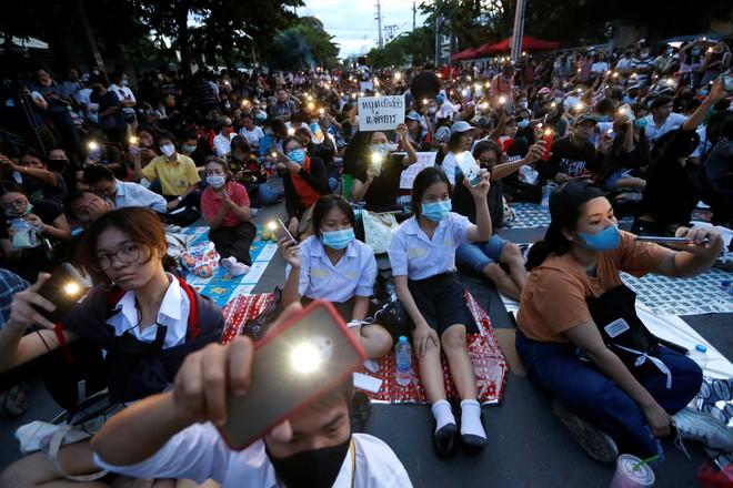 Thái Lan ban hành sắc lệnh khẩn cấp lúc 4h sáng vì tình hình biểu tình phức tạp - Ảnh 1.