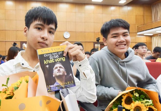Lo bạn đi học một mình, nam sinh 10 năm cõng bạn lặn lội từ quê ra Hà Nội dự khai giảng - Ảnh 1.