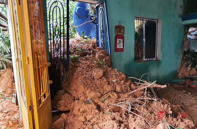 Quảng Nam: Xót xa những ngôi nhà tan hoang, đổ nát do sạt lở - Ảnh 7.