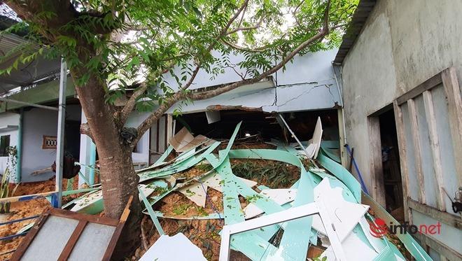Quảng Nam: Xót xa những ngôi nhà tan hoang, đổ nát do sạt lở - Ảnh 9.