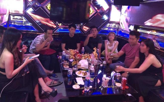 Đôi vợ chồng gửi con cho nhân viên karaoke để rảnh tay phê ma tuý cùng bạn