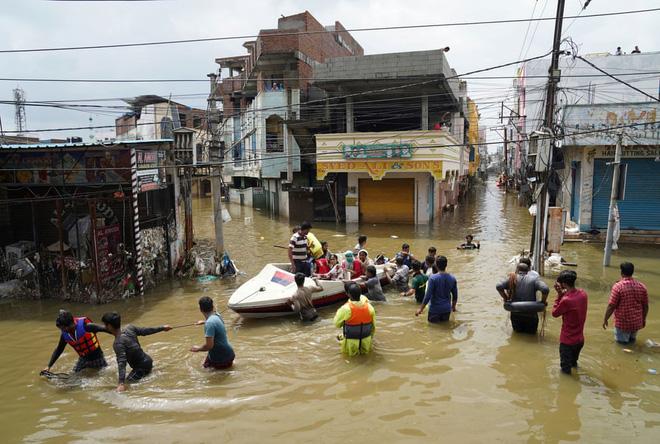 24h qua ảnh: Người đàn ông pha trà trong ngôi nhà ngập lụt ở Việt Nam - Ảnh 11.