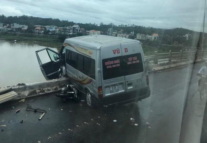 Tai nạn giao thông liên hoàn trên cầu khiến xe khách suýt rơi xuống sông - Ảnh 1.
