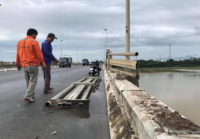 Tai nạn giao thông liên hoàn trên cầu khiến xe khách suýt rơi xuống sông - Ảnh 2.