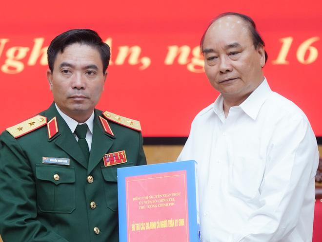 Thủ tướng Nguyễn Xuân Phúc: Đoàn công tác của Quân khu 4 đã dũng cảm hy sinh để cứu dân, đây là sự mất mát rất lớn - Ảnh 1.