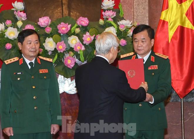 Tổng Bí thư, Chủ tịch nước trao quân hàm Thượng tướng cho hai sĩ quan cấp cao Quân đội - Ảnh 2.