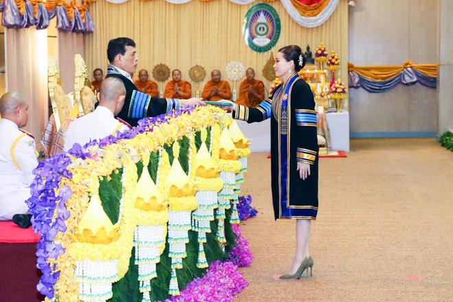 Thái Lan: Hoàng hậu Suthida được ĐH Hoàng gia trao 39 bằng danh dự trong 1 ngày, gây bão MXH - Ảnh 2.