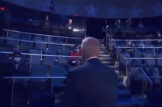 Ứng viên Joe Biden có hành động đẹp trong phiên hỏi đáp của cử tri - Ảnh 2.