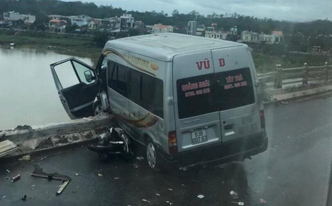 Tai nạn giao thông liên hoàn trên cầu khiến xe khách suýt rơi xuống sông