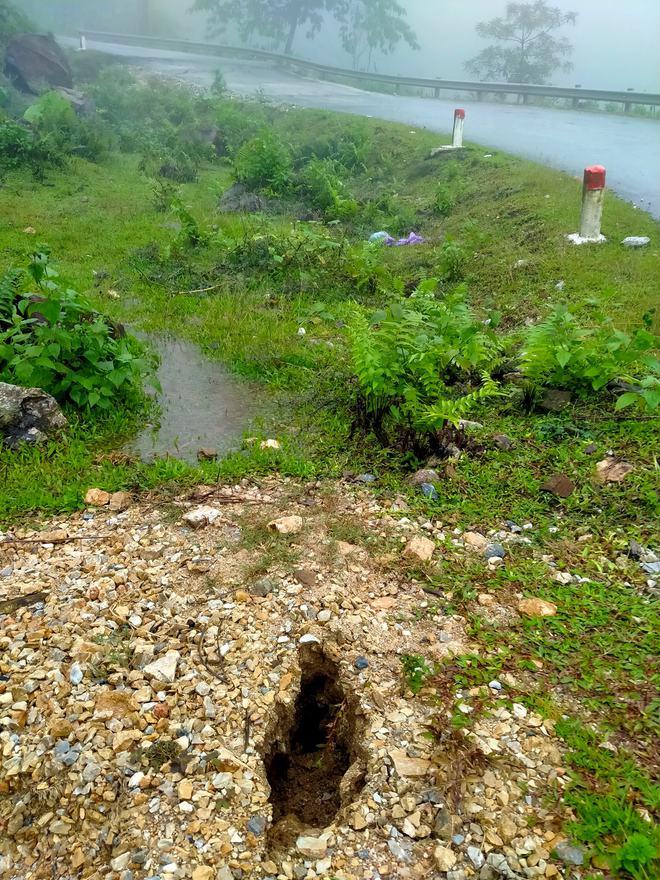Sụt lún nghiêm trọng ở con dốc dài và nguy hiểm nhất miền tây Nghệ An - Ảnh 5.