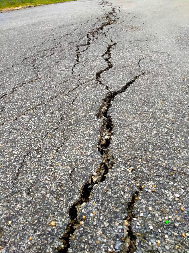 Sụt lún nghiêm trọng ở con dốc dài và nguy hiểm nhất miền tây Nghệ An - Ảnh 2.