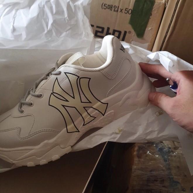 Ngụy trang lượng lớn mỹ phẩm, giày hàng hiệu trong container nhập lậu từ Hàn Quốc về TPHCM - Ảnh 2.