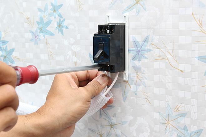 Mách bạn biện pháp chống rò điện cho bình nóng lạnh - Ảnh 1.