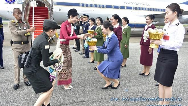 [ẢNH] Hoàng quý phi Thái Lan tái xuất tươi tắn sau ngày phục vị, thực hiện nhiệm vụ hoàng gia một mình - Ảnh 5.