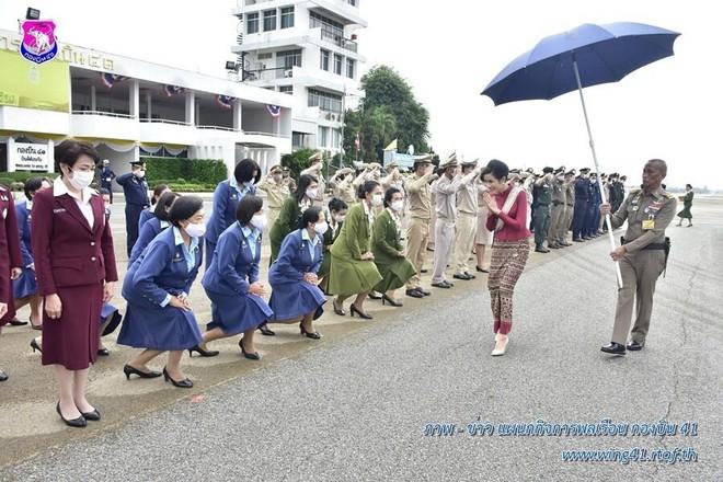 [ẢNH] Hoàng quý phi Thái Lan tái xuất tươi tắn sau ngày phục vị, thực hiện nhiệm vụ hoàng gia một mình - Ảnh 6.