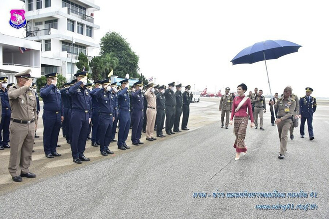[ẢNH] Hoàng quý phi Thái Lan tái xuất tươi tắn sau ngày phục vị, thực hiện nhiệm vụ hoàng gia một mình - Ảnh 7.