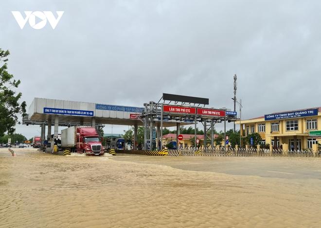 Nước lũ tràn qua Quốc lộ 1A, BOT ở Quảng Trị phải xả trạm - Ảnh 1.