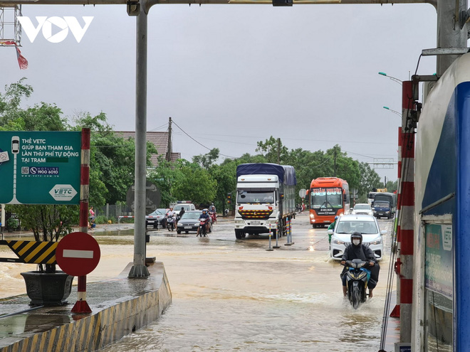 Nước lũ tràn qua Quốc lộ 1A, BOT ở Quảng Trị phải xả trạm - Ảnh 3.