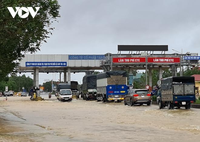 Nước lũ tràn qua Quốc lộ 1A, BOT ở Quảng Trị phải xả trạm - Ảnh 4.