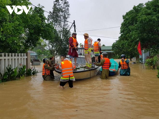 Nước lũ tràn qua Quốc lộ 1A, BOT ở Quảng Trị phải xả trạm - Ảnh 5.